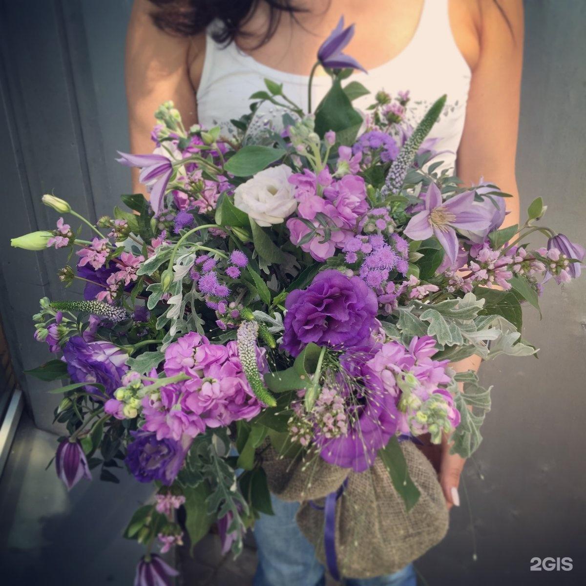Бутоны и лепестки студия цветов и подарков