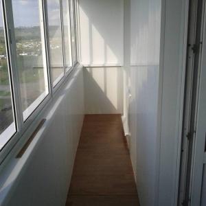 """6-ти метровый балкон с внутренней отделкой """"под ключ""""."""
